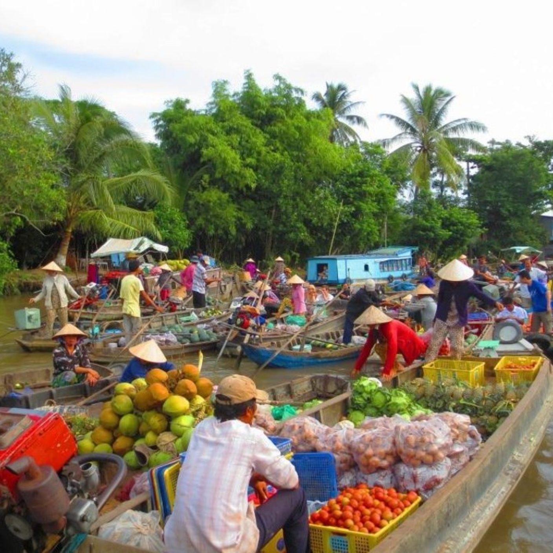 Vietnamese people in impressive mekong river market